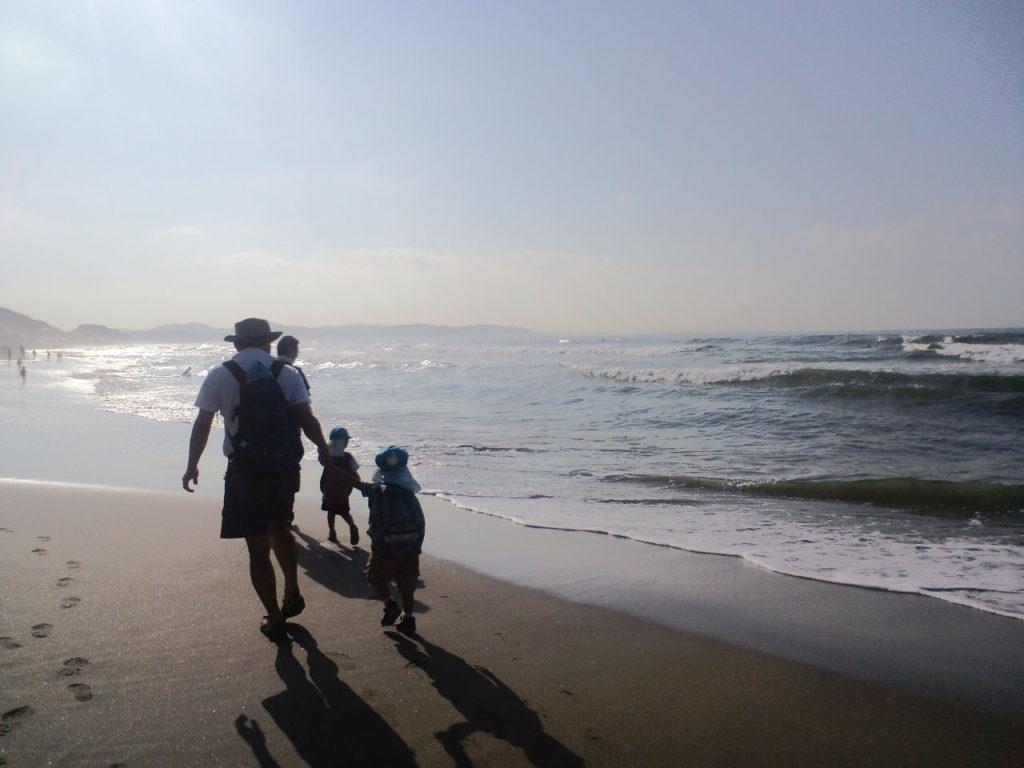 トトロ幼稚舎 由比ガ浜を歩く